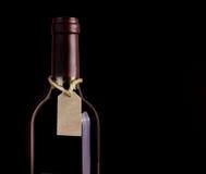 Бутылка красного вина с биркой Стоковая Фотография