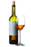 Бутылка красного вина с чистым ярлыком и бокала вина на белизне Стоковое Изображение
