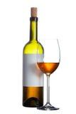 Бутылка красного вина с чистым ярлыком и бокала вина на белизне Стоковое Изображение RF