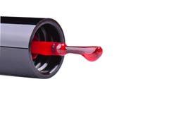 Бутылка маникюра моды красные и щетка ногтя на белой предпосылке Стоковые Фотографии RF