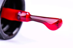 Бутылка маникюра моды красные и щетка ногтя на белой предпосылке Стоковые Изображения