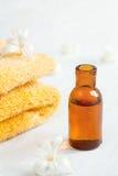 Бутылка масла массажа на деревянном толе Стоковые Изображения