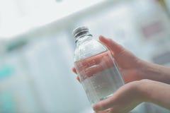 Бутылка медицины в руках работника службы здравоохранения Стоковое Фото
