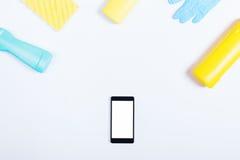 Бутылка мобильного телефона, желтых и голубых тензида и губки o Стоковое фото RF