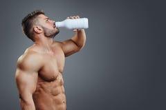 Бутылка молока в руках персоны спорт Стоковые Фотографии RF