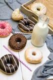 Бутылка молока и красочных donuts с шоколадом Стоковые Фото