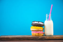 Бутылка молока и стог donuts на деревянной доске Стоковое Изображение RF