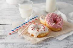 Бутылка молока и donuts на таблице Стоковое Фото