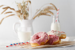 Бутылка молока и donuts на таблице Стоковое Изображение