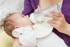 Бутылка младенца подавая Стоковые Изображения