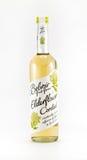 Бутылка наливки elderflower Belvoir на белой предпосылке Стоковое фото RF