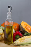 Бутылка оливкового масла с органическим сквошом тыквы с свежим vegetabl Стоковые Фотографии RF
