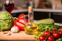 Бутылка оливкового масла с свежими овощами салата Стоковое Фото