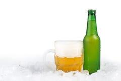 Бутылка пива и кружки пива Стоковые Фотографии RF