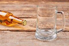 Бутылка пива и пустой стеклянной кружки Стоковое фото RF