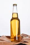 Бутылка пива на винтажной бумаге Стоковая Фотография RF