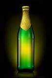 Бутылка пива при золотая фольга изолированная на черной предпосылке Стоковые Фото