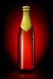 Бутылка пива при золотая фольга изолированная на черной предпосылке Стоковые Изображения RF