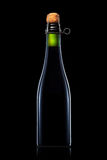 Бутылка пива, сидра или шампанского изолированных на черной предпосылке Стоковая Фотография RF