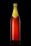 Бутылка пива с золотой фольгой на черной предпосылке Стоковая Фотография RF
