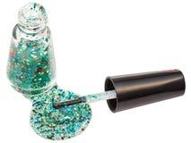 Бутылка при разлитый изолированный маникюр яркого блеска Стоковые Фото