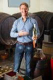 Бутылка рудоразборки клиента в магазине вина Стоковая Фотография