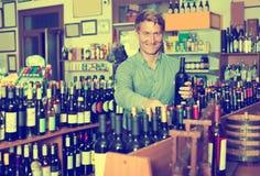 Бутылка рудоразборки клиента в магазине вина Стоковые Фотографии RF