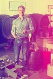 Бутылка рудоразборки клиента в магазине вина Стоковые Изображения