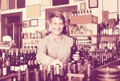 Бутылка рудоразборки клиента в магазине вина Стоковые Фото