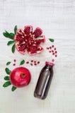 Бутылка сока и гранатовых деревьев гранатового дерева Стоковое фото RF