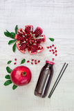Бутылка сока и гранатовых деревьев гранатового дерева Стоковое Фото