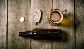 Бутылка, стекло пива, консервооткрывателя бутылки, пробочки Стоковое Изображение