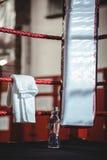 Бутылка с водой и полотенце в боксерском ринге Стоковые Изображения