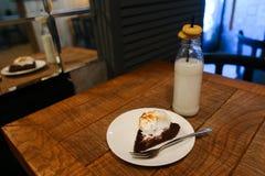 Бутылка с молоком в котором черная выпивать солома, на которую положите Стоковая Фотография