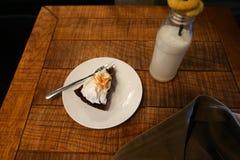 Бутылка с молоком в котором черная выпивать солома, на которую положите Стоковые Фото
