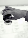 Бутылка тяжелого горючего в руке worker's Стоковые Фотографии RF