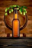 Бутылка холодного пива и старого бочонка Стоковое Изображение