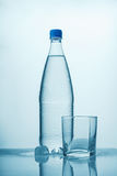 Бутылка холодной воды, льда и пустого стекла стоковое изображение rf
