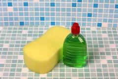 Бутылка чистки на плитке Стоковые Фотографии RF