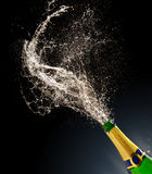 Бутылка Шампани с выплеском стоковые изображения rf