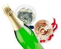 Бутылка шампанского при 2 стекла изолированного на белом backg Стоковое Фото