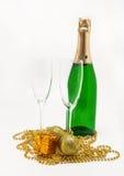 бутылка шампанского, стекел и золота рождества isol украшений Стоковые Изображения