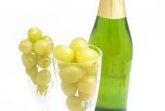 Бутылка шампанского с 12 виноградинами Стоковое Изображение RF