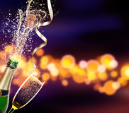 Бутылка шампанского с стеклом над предпосылкой нерезкости стоковые изображения rf