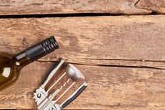 Бутылка штопора и вина на деревянной предпосылке Стоковые Фото