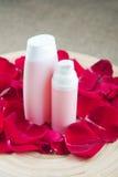 Бутылка эфирного масла и красные розы, вода дух Стоковая Фотография RF