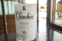 Бутылка Anisette служила на кафе главной площади Chinchon, Испании Стоковые Изображения RF