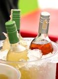 Бутылки безалкогольного напитка в ведре льда. Стоковая Фотография