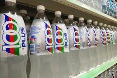 Бутылки безалкогольного напитка 100Plus показаны в рынке Стоковые Фотографии RF