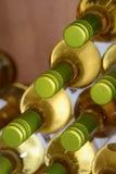 Бутылки белого вина штабелированные в винном магазине Стоковое Изображение RF